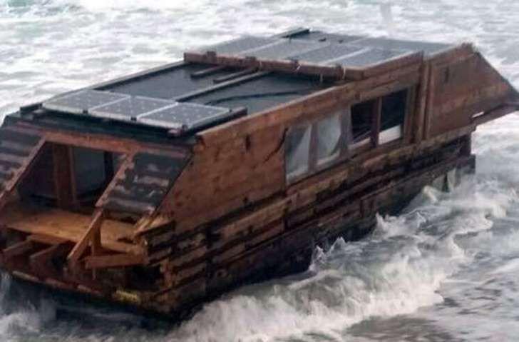 Casa flutuante que estava no Canadá foi parar no outro lado do oceano Atlântico