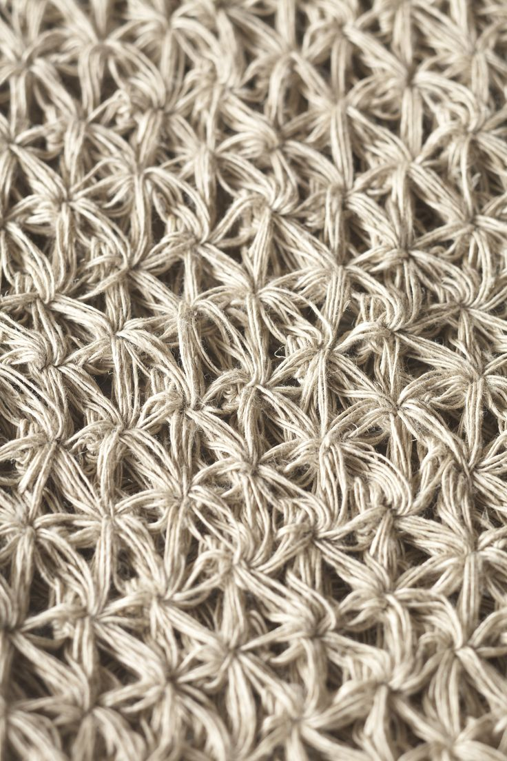 Jute thread wash mitt's deep texture is due to its traditional hammam pattern called zencerek. The hand crocheted jute gently exfoliates the skin without any harshness. 100 % Linen.