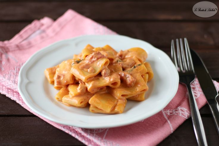 Calamarata+in+salsa+rosata+-+Ricetta+facile+e+veloce