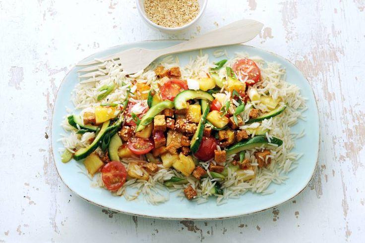 Thaise roerbak met komkommer, cherrytomaten, ui, ananas en tofu - Recept - Allerhande