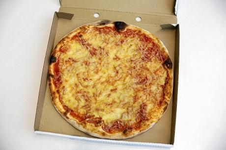 Pizzaa ei pidä säilyttää laatikossaan myrkkyjen vuoksi, sanoo kemisti – myös lautasliinoista irtoaa myrkkyjä - Terveys - Ruoka - Helsingin Sanomat
