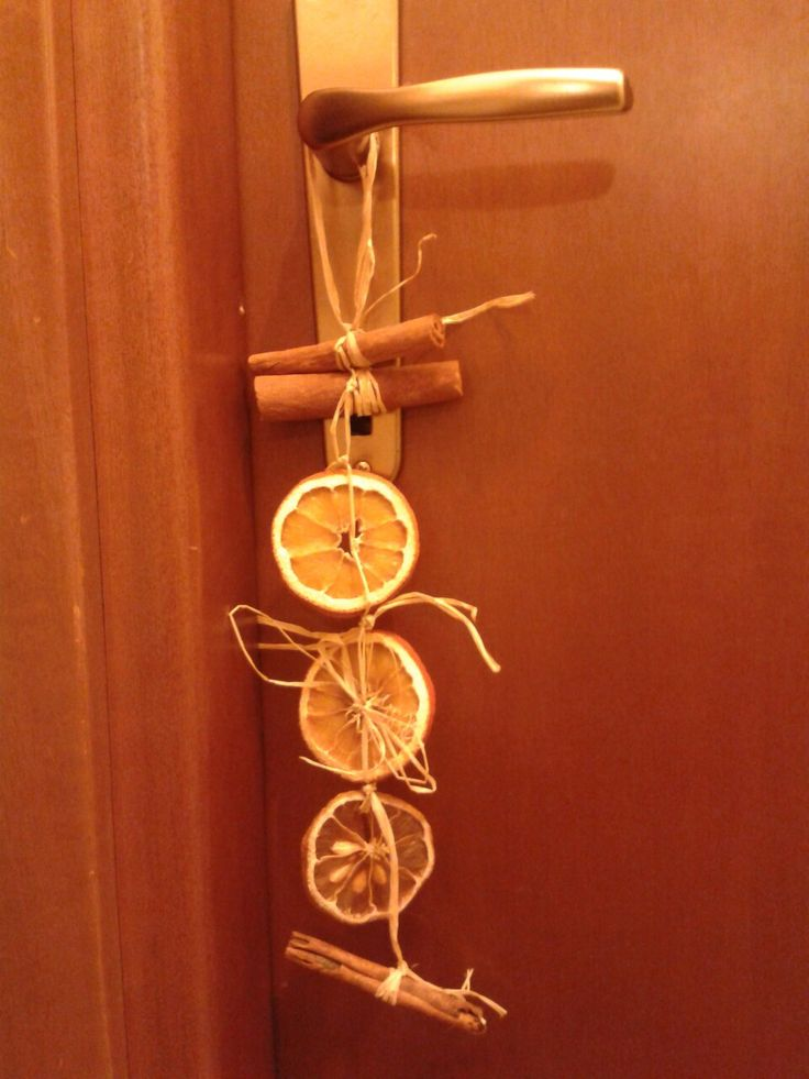 Decorazione natalizia con arance essiccate rafia e cannella