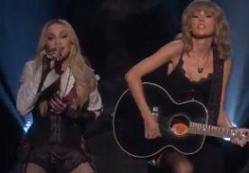 30-Mar-2015 10:43 - MADONNA EN TAYLOR SWIFT SAMEN OP HET PODIUM. De iHeartRadio Music Awards werden zondagavond uitgereikt in Los Angeles. Madonna zat op het podium en zong haar single 'Ghosttown' van haar nieuwe album Rebel Heart . Naast haar speelde een blond meisje gitaar. En wat bleek? Dat was Taylor Swift! Taylor hield zich op het moment zelf groot, maar op Instagram liet ze weten dat ze keihard zat te fangirlen naast haar idool.