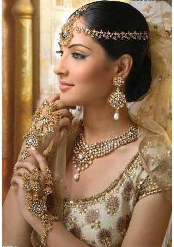 Matha patti, necklace, earrings, hathphool, bridal bracelet, Indian bridal jewellery, cream outfit, jewelry, makeup