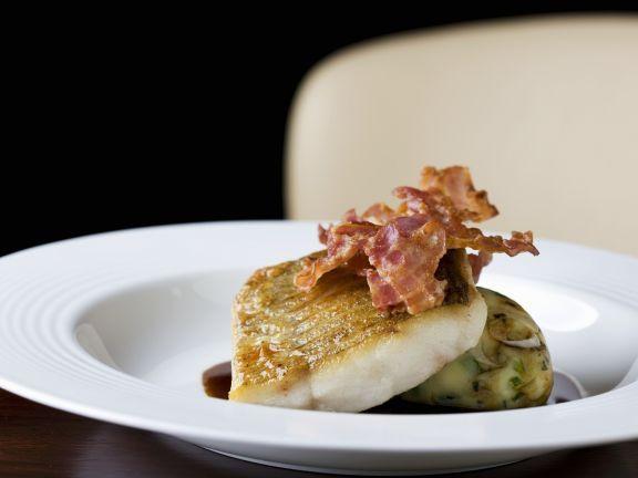 Gebratener Barsch mit Kartoffelpüree und Bacon ist ein Rezept mit frischen Zutaten aus der Kategorie Meerwasserfisch. Probieren Sie dieses und weitere Rezepte von EAT SMARTER!
