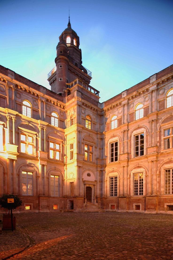 HÔTEL D'ASSÉZAT - L'hôtel d'Assézat est un magnifique hôtel particulier du XVIe siècle. Nicolas Bachelier l'a construit pour Pierre d'Assézat, dont la fortune provenait du commerce du pastel. Aujourd'hui, la belle demeure accueille la Fondation Bemberg, musée privé qui présente de manière permanente une collection très intéressante de tableaux, bronzes et objets d'art.