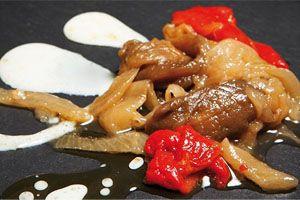 ESCALIVADA. La escalivada es un plato de larga tradición del noreste peninsular –Cataluña, Aragón y Levante- que se elabora a partir de verduras asadas y cortadas en tiras, sobre un pochado de cebolla, nosotros te lo traemos en conserva, todo elaborado de forma totalmente artesanal. Ligero pero sabroso, donde se perciben los matices de cada sabor, pero que en conjunto forman un plato de gran personalidad. Una delicia. http://www.porprincipio.com/conservas-vegetales/244-escalivada.html#