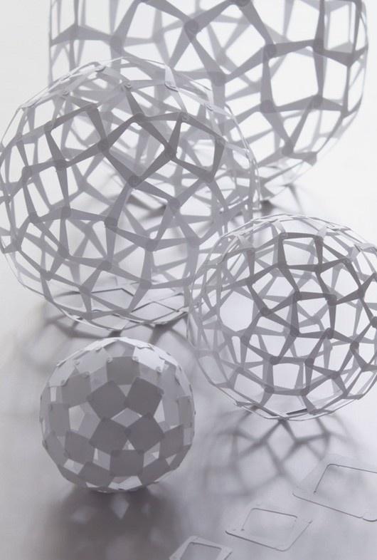 Paper Art - Inspirerend: Gaaf hoe je met een snij en vouwtechniek een 3D vorm kunt maken. Deze vorm is heel fragiel, dit wil ik eventueel ook laten terug komen in mijn paper art.