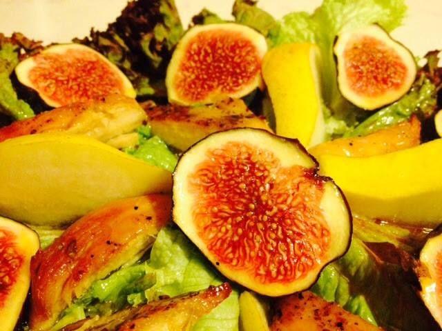 Sałata z kurczakiem, gruszką i figą w sosie miodowo-estragonowym