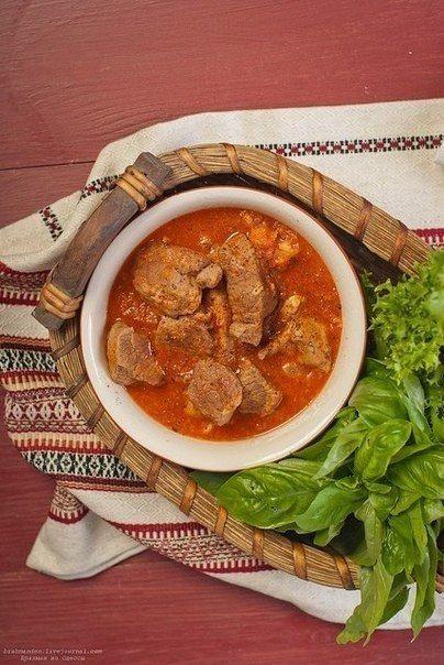 Тушеная телятина с чесночно-томатным соусом