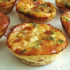 Makkelijke mini-quiches -24 stuks / - 3 eieren - 4 plakjes spek, in blokjes gesneden (of gebruik spekblokjes) - 1 kleine ui of 1/2 grote, in blokjes gesneden (je kunt rode ui voor extra kleur gebruiken) - 2 eetlepels geraspte belegen kaas - 1 pakje bladerdeeg - zout en peper naar smaak - scheutje room, optioneel - verse of gedroogde peterselie, optioneel * 15-20 minuten op 180°C