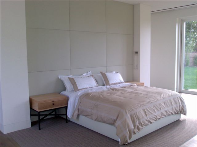 httptoemosscomwallpaper23 wei bettwsche einheit in kleine schlafzimmer raum ausgestattet mit wei gepolsterte wandpaneele als kopfteil ebenfalls - Hngenden Tr Kopfteil