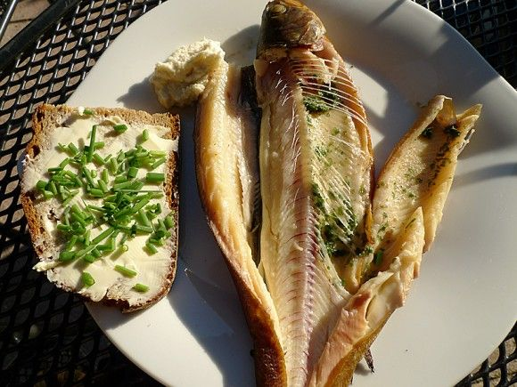 Fische räuchern. Frisch geräuchert