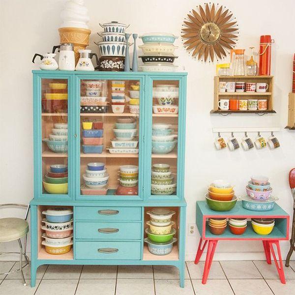 Cozinha fofa com móveis coloridos.