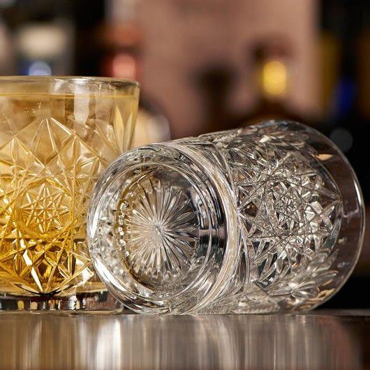 Γυάλινα ποτήρια με εντυπωσιακά ανάγλυφα σχ5έδια, σφηνάκια. Πλέντονται στο πλυντήριο πιάτων. Διαστάσεις:6.1Χ5cm . Χωρητικότητα: 60ml.