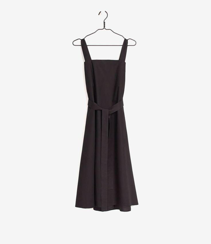 Deze jurk van Kowtowis onze favoriet. De jurk kan los gedragen, met de band, blote armen of zoals de stijlingfoto laat zien. Kowtow is een merk dat altijd zeer fashionable is en dat laat deze jurk maar weer zien.  Maatadvies:  De jurkvalt groot.  Heb je toch vragen? Bel ons dan gerust even voor advies:  +31 20 362 07 84