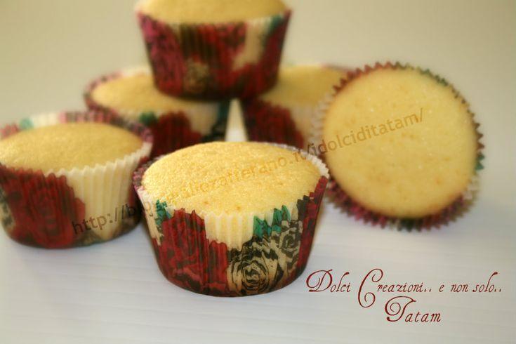 Cupcakes al formaggio Ricetta Base Cupcakes al formaggio spalmabile, deliziosi e soffici dolcetti monoporzione aromatizzati al limone. Questi cupcakes sono
