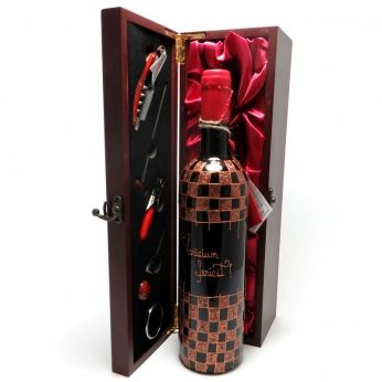 Sticla de vin vechi, pictata manual si inscriptionata cu un scurt mesaj special, pregatita de cadou intr-o cutie de lemn cu accesorii pentru vin.