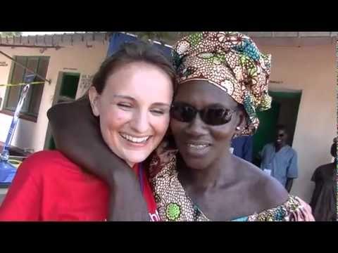 ONESIGHT CON SIGHTSAVERS VISITA L'8MILIONESIMO PAZIENTE IN GAMBIA. I volontari di OneSight, con l'aiuto di Sightsavers, hanno visitato l'8milionesimo paziente in Gambia! Si chiama Marokey, ha 35 anni e 4 figli e la sua vita è cambiata notevolmente quando ha ricevuto i suoi nuovi occhiali da vista.
