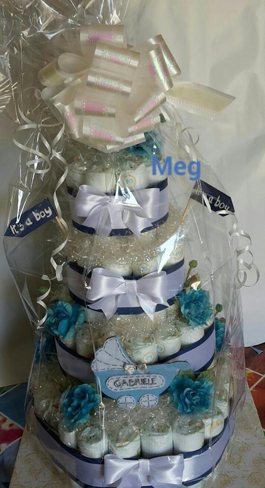 Torta pannolino per neonato con decorazioni in pannolenci e nastri vari.