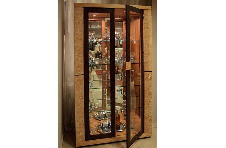 Βιτρίνα Αναΐςκατασκευασμένη από φυσικό ξύλο δρυος και ξυλο βέγκε στις πόρτεςσε διαστάσεις 1,10χ0,45χ1,95, σε χρώμα ντεκαπέ.