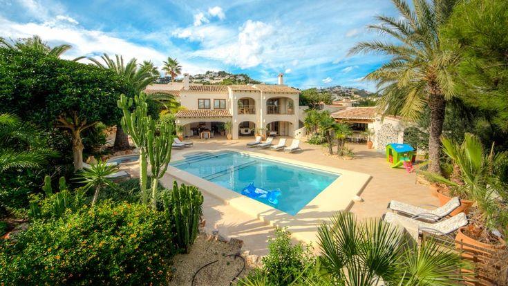 Villa Xenofilia VII - luxe #vakantiehuis met groot verwarmd #prive_zwembad , bijzonder fraaie mediterraanse tuin, grote buitenkeuken met bar, 5 slaap en 5 badkamers, en tafeltennis in #Moraira aan de Costa Blanca in Spanje.