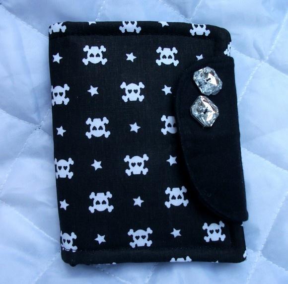 Carteira em tricoline com entretela e manta acrilica. Objetos não acompanham o produto R$18,00