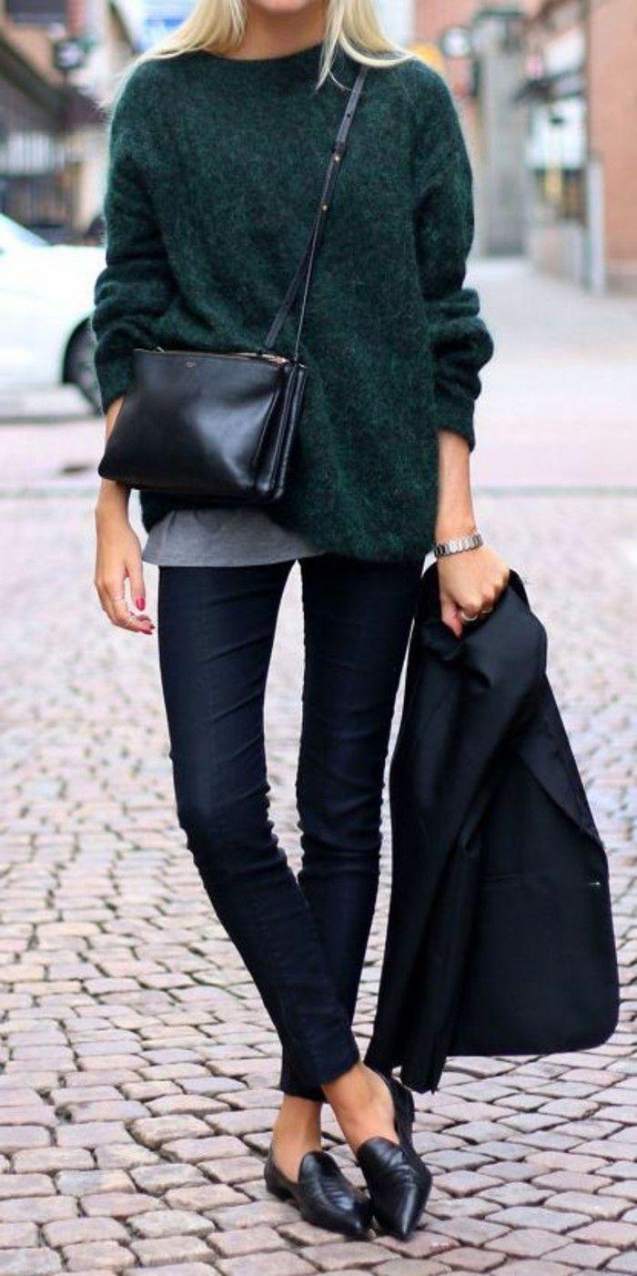 bien s'habiller femme avec un pull vert, chaussures noires, sac bandoulière en cuir noir
