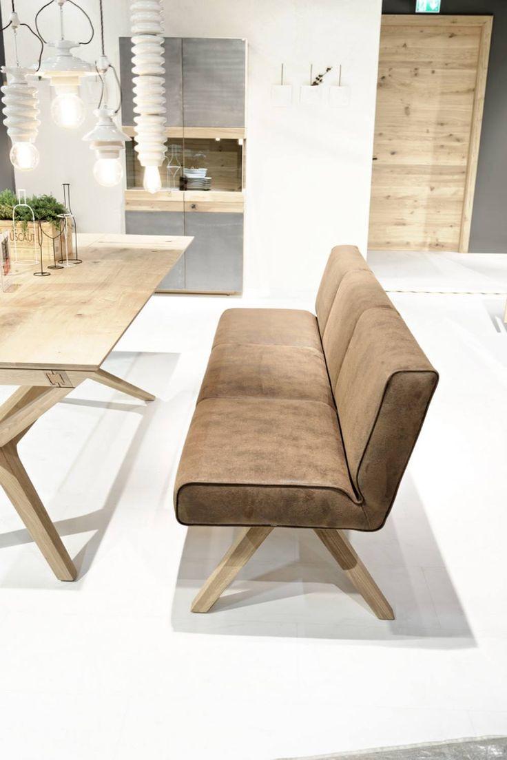 Banc en bois massif Organo créé avec des matériaux de haute qualité comme du bois de noyer ou de chêne. Concernant le revêtement de l'assise de cette banquette, elle est disponible en cuir ou en pure laine vierge.
