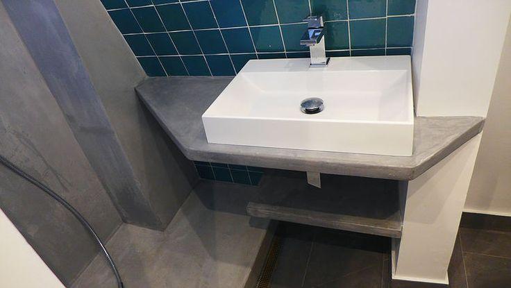 Petite salle de bain, plan vasque en béton ciré Mercadier, douche en