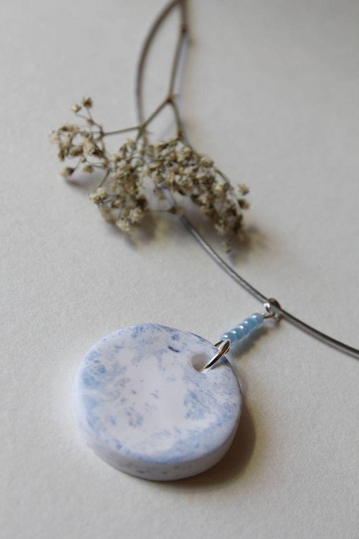 Collana con ciondolo realizzato in fimo e cianotipia, lo troverete nel mio negozio #etsy: Collana con ciondolo a forma semisferica in fimo, decorata in cianotipia http://etsy.me/2jHt7f4 #gioielli #collane #blu #bianco #no #donne #avite #collana #fimo