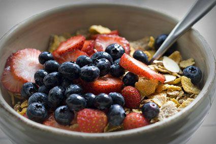 Dopo gli eccessi del fine settimana, una ricca colazione a base di frutta, latte e fibre integrali! www.jo-le.com