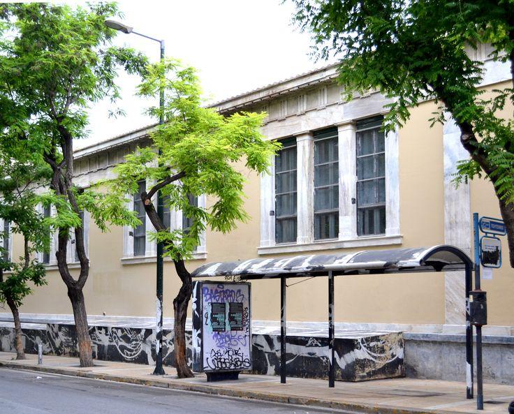 Επιχείρηση «καθαρό Πολυτεχνείο»: Εβγαλαν το γκράφιτι από το κτίριο αλλά όχι από τα δέντρα και τη στάση λεωφορείου [εικόνες] | iefimerida.gr