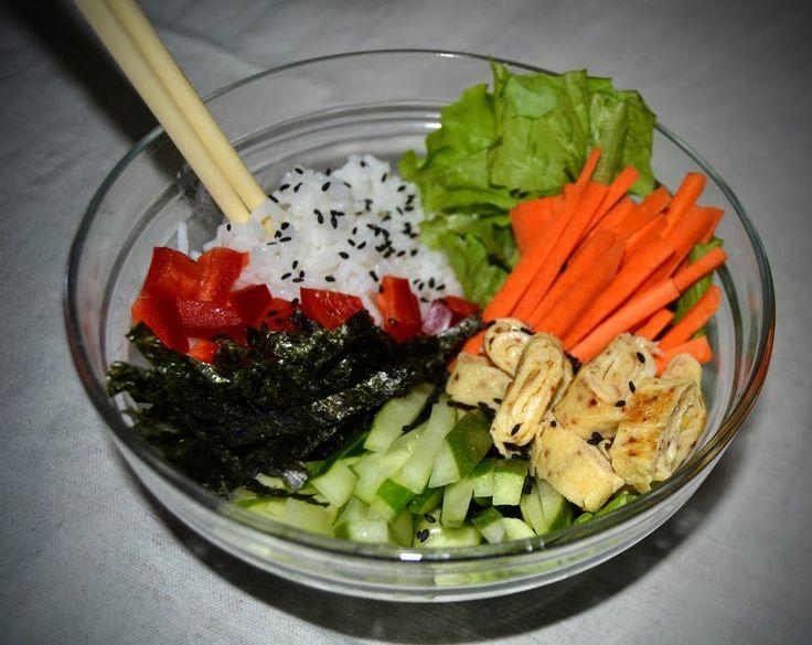 """Estava delicioso o jantar: """"sushi bowl"""" ou sushi desconstruído smile emoticon Este tinha arroz temperado com vinagre de arroz e açúcar, cenoura, pimento vermelho, alface, pepino, nori em tiras, omelete e sementes de sésamo negro  https://www.facebook.com/pages/Blog-Pedacinho-de-Noz/268277423250437"""