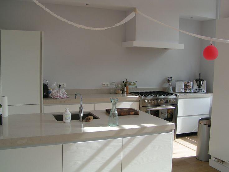 Greeploze keuken wit eiken fronten, een creme composieten aanrechtblad en vrijstaand fornuis. - in Amsterdam