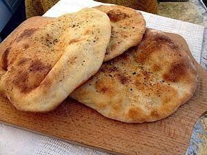 Chlebki Naan: To mój ulubiony i bardzo prosty przepis na chlebki Naan. Nie wymaga użycia jajek...