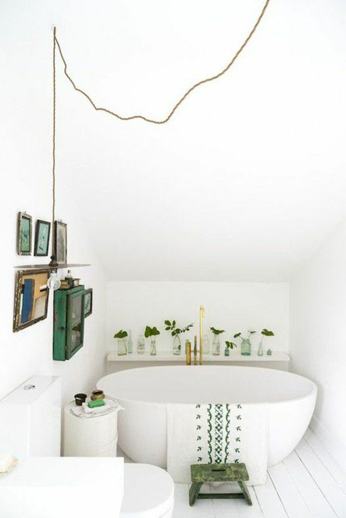 salle de bain sous pente, idee salle de bain petite surface avec une baignoire ovale, couleur blanc et vert