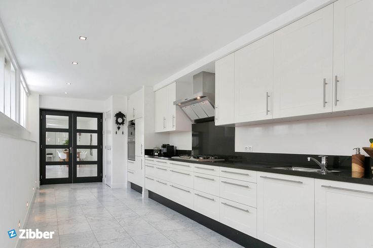 Quite a space! Enormous black and white styilsh kitchen l Zibber
