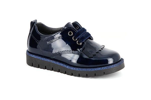 Pablosky. Zapato inglés de charol para niñas con cierre de cordones de terciopelo para un perfecto ajuste. Con la tecnología Pablosky System, forro inTech absorbente y suela adherente a las superficies. Disponible en color marino. ¡Dará mucho de qué hablar! #Blucher #BoysBlucher #Pablosky #EnglishShoes #DeckShoes #BoysDeckShoes #KidsShoes #CalzadoInfantil #FashionBlucher