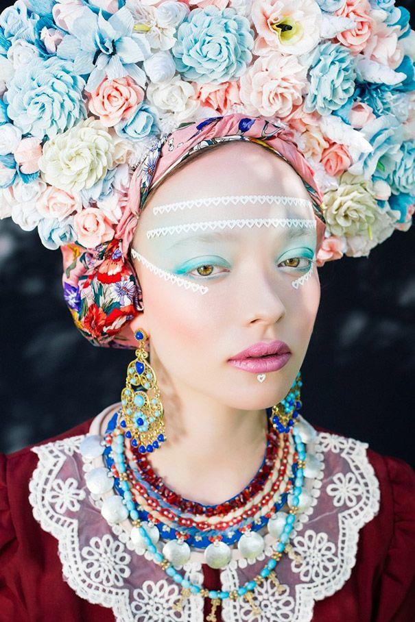 Existe uma tradição nacional ucraniana muito forte em relação ao uso de cocares feitos de flores. Pensando nisso os artistas ucranianos, Ula Koşka (fotógrafo) e Beata Bojda (maquiador) ambos ucranianos, resolveram mostrar que cada país eslavo tem a sua própria versão original em relação ao uso e criação desse acessório tradicional.