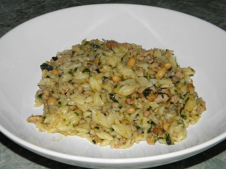 Sáček těstovinové rýže uvaříme dle návodu. Mleté maso orestujeme s jemě nakrájenou cibulí. Přidáme špenát, plechovku fazolí a...
