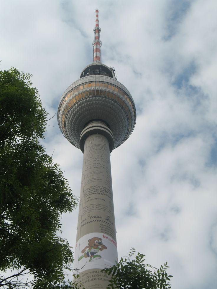 De Fernsehturm is 368 meter hoog en daarmee het hoogste gebouw van de stad. De toren is gebouwd tussen 1965 en 1969 met hulp van Zweedse ingenieurs. De toren bestaat uit een betonnen mast met daarin twee liftschachten. Bovenop het betonnen deel bevindt zich een bol bedekt met plaatstaal met daarin het uitzichtplatform en een restaurant. Bovenop de bol staat een rood-witte televisie-antenne.