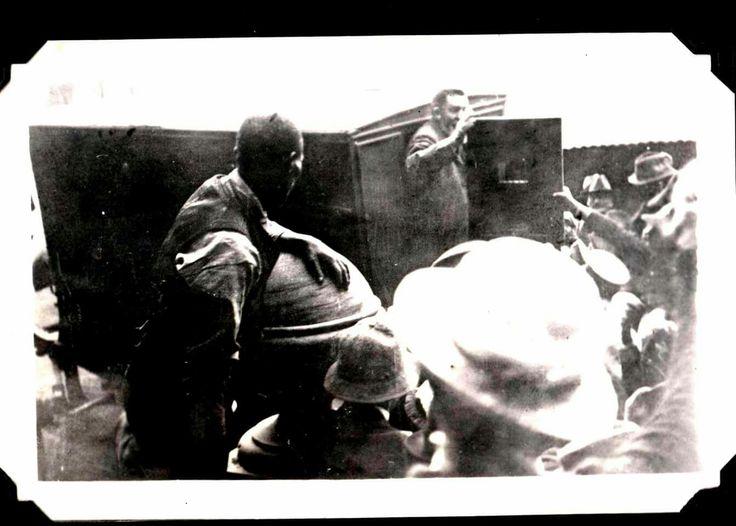 Laaste bewese twee foto's wat van Jopie Fourie geneem is die oggend van sy fusilering:  Waar hy in die Swart-Meraai klim en sy laaste vaarwel waai.  (Eie versameling)