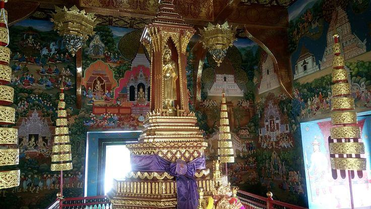 "Inside the ""no women allowed"" temple, Wat Chedi Luang."