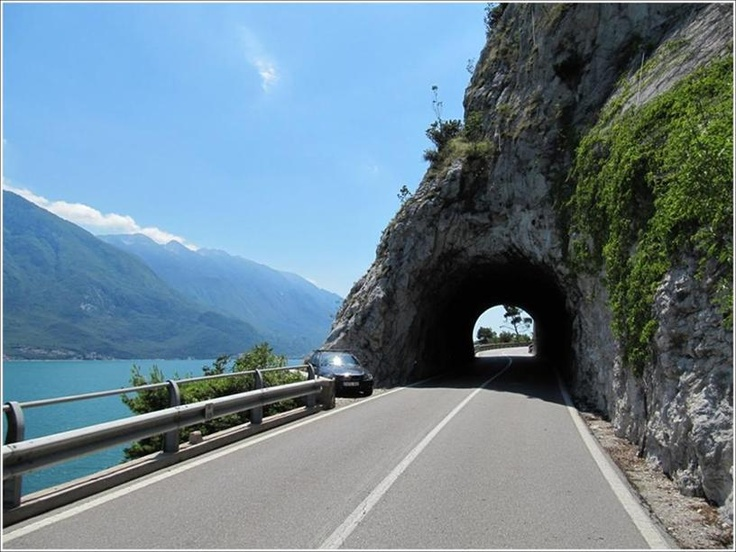 De mooiste routes aan het Gardameer. The most beautiful routes on Lake Garda. Le vie più belle del Lago di Garda