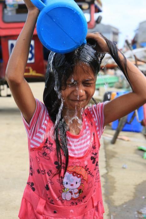 Mary Ann (10) geniet van een goede wasbeurt. Begin november 2013 raasde de tyfoon Haiyan over het Filipijnse eilandenrijk. Ruim 14 miljoen mensen werden getroffen. We hebben intussen zo'n 500.000 mensen kunne helpen met schoon water, voedsel, tentzeilen en geld-voor-werk. Foto:Jane Beesley/Oxfam
