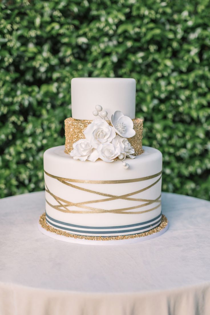 white and gold modern wedding cake | Photography:  The Edges Wedding Photography