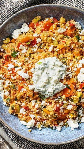 Bunte Couscous-Gemüse-Pfanne mit Hirtenkäse, Frühlingszwiebel-Joghurt und Paprika