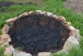 Je nach Bodentyp dauert es eine halbe bis eine Stunde, um einen Erd Kon-Tiki zu graben und anzufeuern. Mit Stampflehm kann man ihn auch Wasserdicht machen und so das Quenchwasser zurückgewinnen. An die Funktionalität eines kippbaren Kon-Tiki aus Stahl mit Wasseranschlüssen, Schutzmantel und Haube zur Wärmerückgewinnung kommt der Erd Kon-Tiki nicht heran, aber es ist eine wunderbare Möglichkeit sich dem Kohlehandwerk und den Urelementen zu nähern. Besonders zur Sommersonnenwende…
