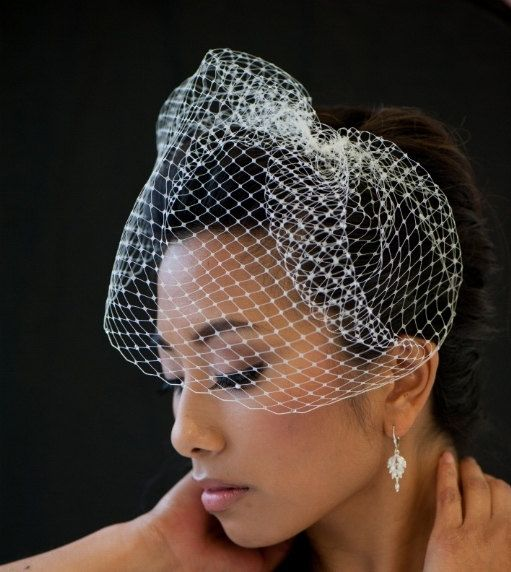 Birdcage Veil 9 Inch Birdcage Veil Wedding by PowderBlueBijoux. $32.00 CAD, via Etsy.    diy